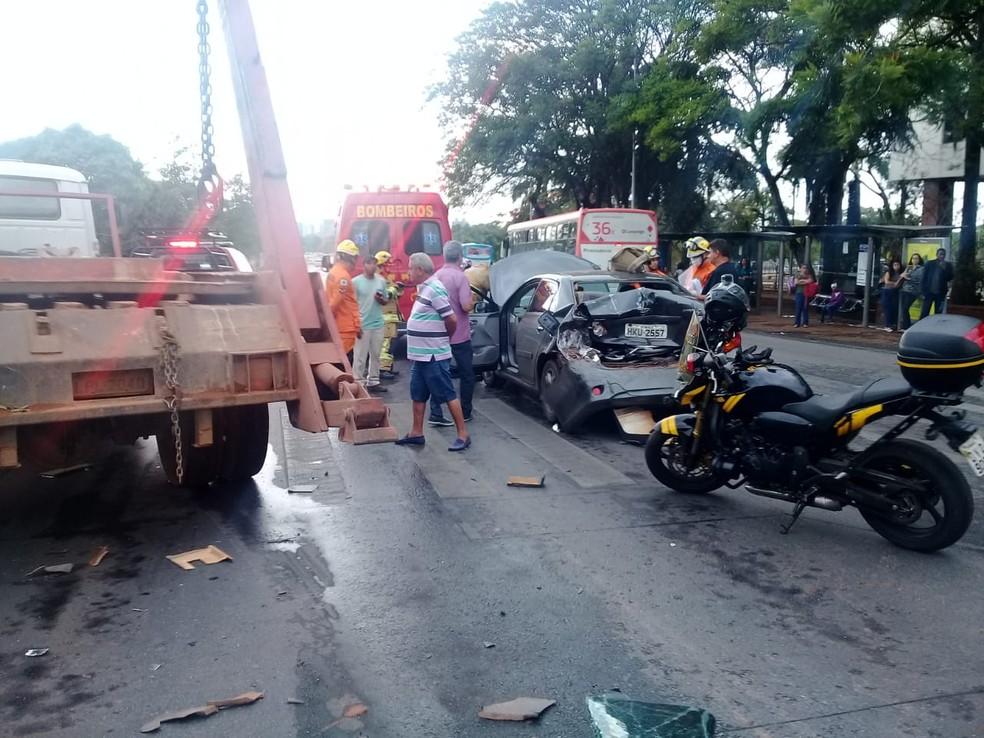 Batida entre caminhão e carro próximo ao TJDFT, no Eixo Monumental — Foto: CBMDF/Divulgação
