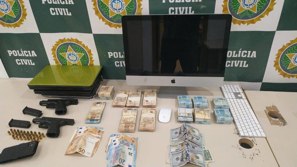 Polícia apreende armas dinheiro e computador na casa de Belo — Foto: Reprodução