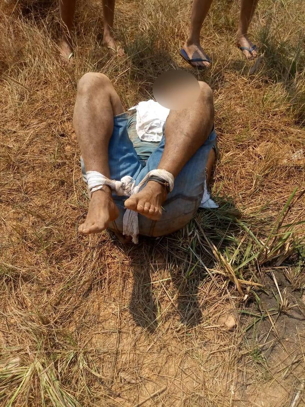 Homem tenta estuprar mulher que passeava com o filho, foi espancado e amarrado por moradores em Várzea Grande — Foto: Polícia Militar de Mato Grosso/Divulgação