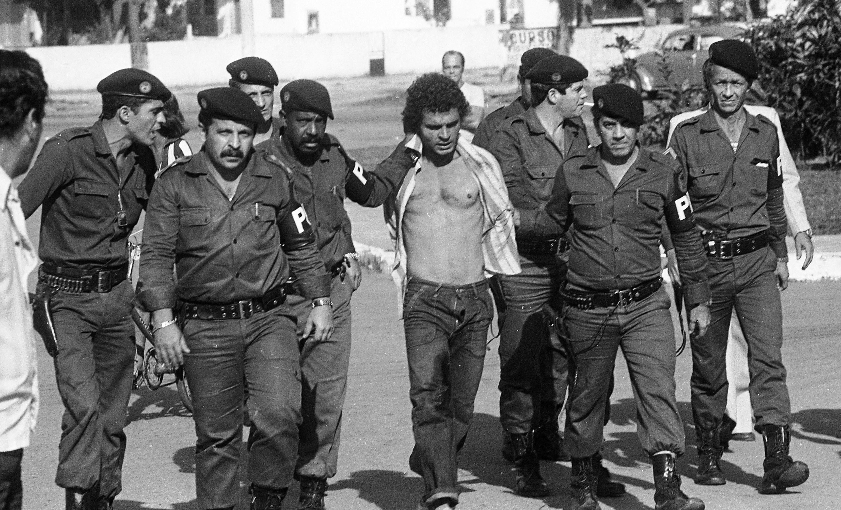 Policiais escoltam João Ferreira, capturado após tentativa de fuga