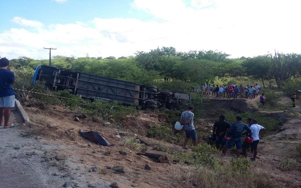 Ônibus de turismo que tombou na Rota do Sertão, em Sergipe. (Foto: Reprodução/TV Sergipe)