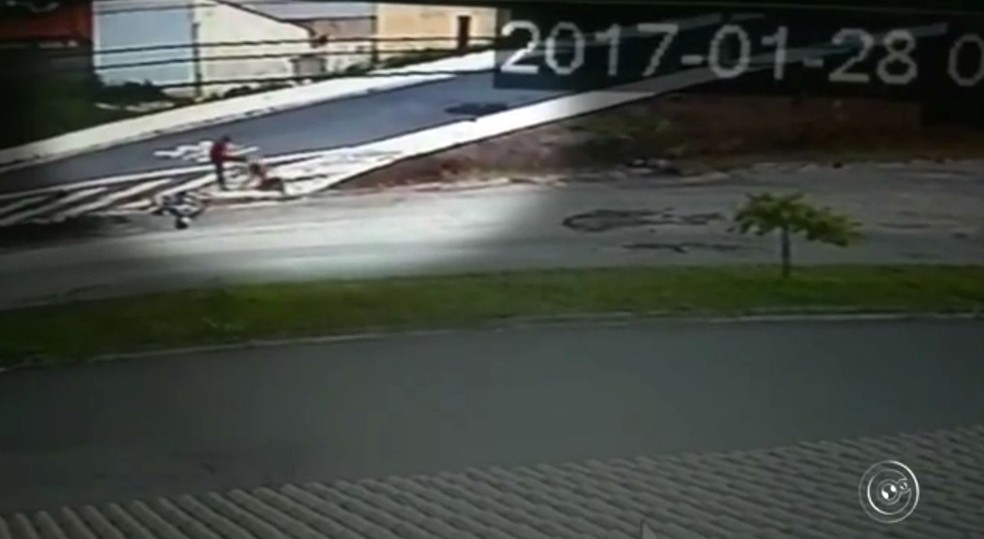 Após atropelar, motorista voltou para chutar cabeça de mulher (Foto: Reprodução/TV TEM)