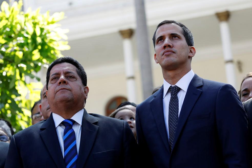Edgar Zambrano, vice-presidente da Assembleia da Venezuela, ao lado de Juan Guaidó, antes de ser detido por forças chavistas — Foto: Manaure Quintero/Reuters/Arquivo