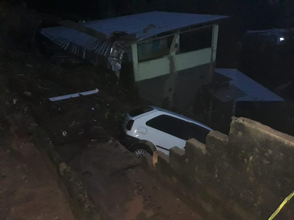 Carro arrastado pela chuva é retirado de barranco e casa é interditada em Cachoeiras de Macacu, no RJ - Noticias