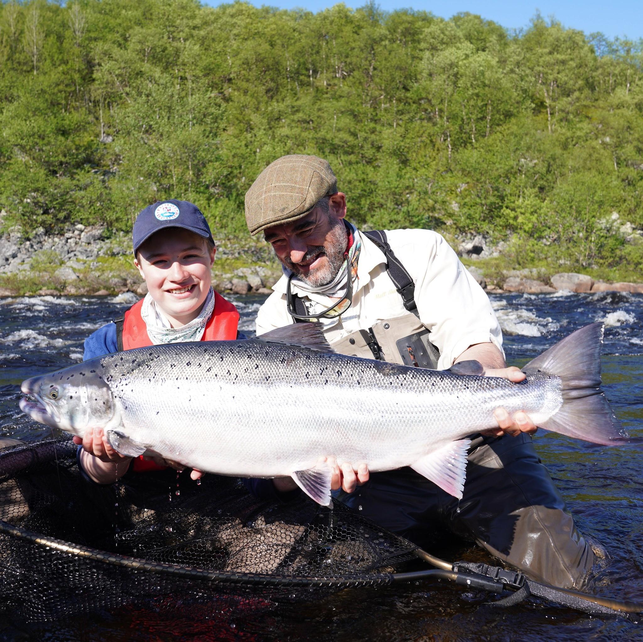 Pescador russo bate recorde mundial ao fisgar salmão 'gigante' de 1 metro