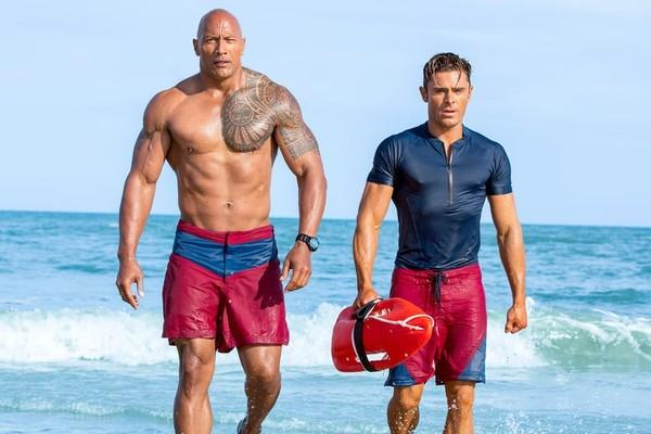 The Rock e Zac Efron em reboot de Baywatch (Foto: Divulgação)