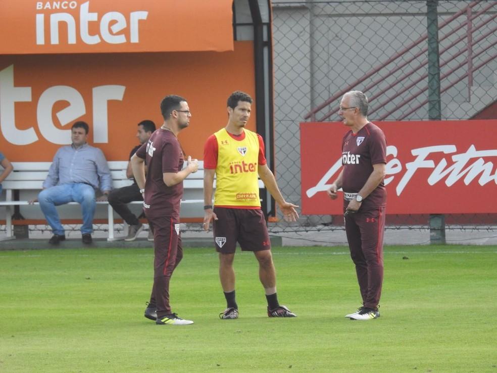 Auxiliar Lucas Silvestre (esquerda) Hernanes e Dorival (Foto: Marcelo Hazan)