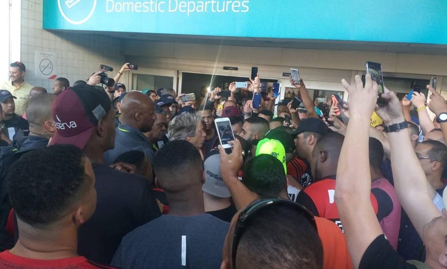 Jorge Jesus conversa com torcedores em protesto no embarque do Flamengo