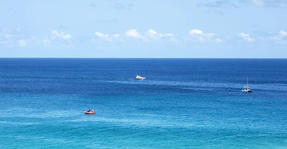 Equipes de buscas utilizam embarcações durante a procura pelo PM que desapareceu no mar — Foto: Ana Clara Marinho/TV Globo