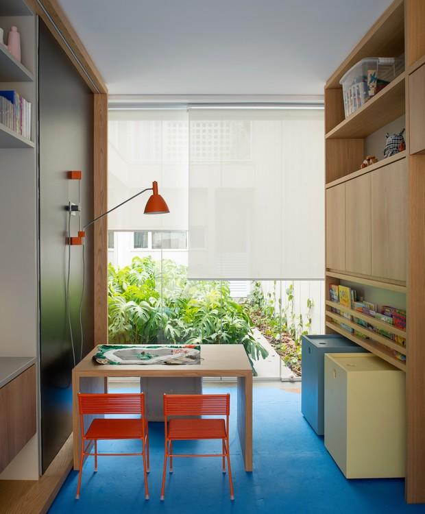 Os pontos de cor ficaram reservados para o tapete e para as cadeirinhas laranja de Fernando Jaeger. Luminária da Lumini.  (Foto: Salvador Cordaro/Divulgação)