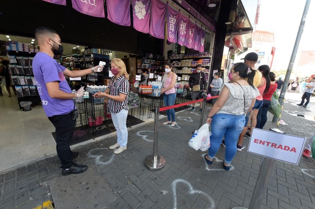 Lojas em Guarulhos, na Grande SP, reabrem comércio com normas de higiene e distanciamento estabelecidas por decreto. — Foto: Márcio Lino/Divulgação