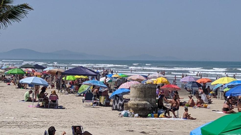 Banhistas lotam praia e utilizam guarda-sol em Praia Grande, SP — Foto: Itaicy Júlio/ Arquivo Pessoal