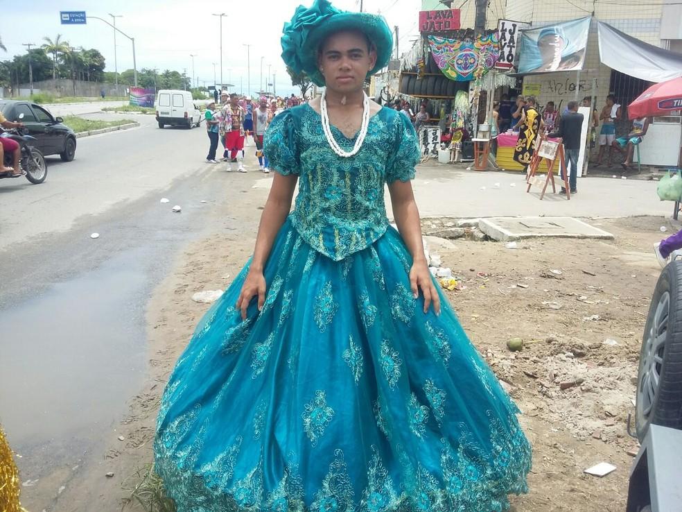 Lenilson Sousa se vestiu de baiana para participar de apresentação de maracatu rural em Olinda (Foto: Pedro Alves/G1)