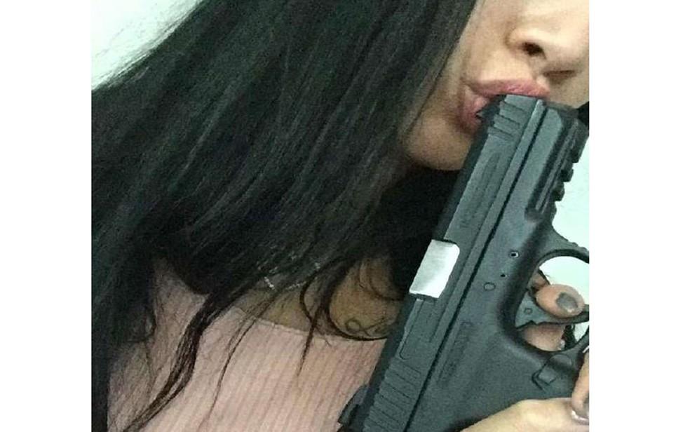 Investigada em Bebedouro, SP, a modelo Gabriela Sara Vasconcelos Assunção, de 19 anos, ostenta pistolaem foto — Foto: Reprodução