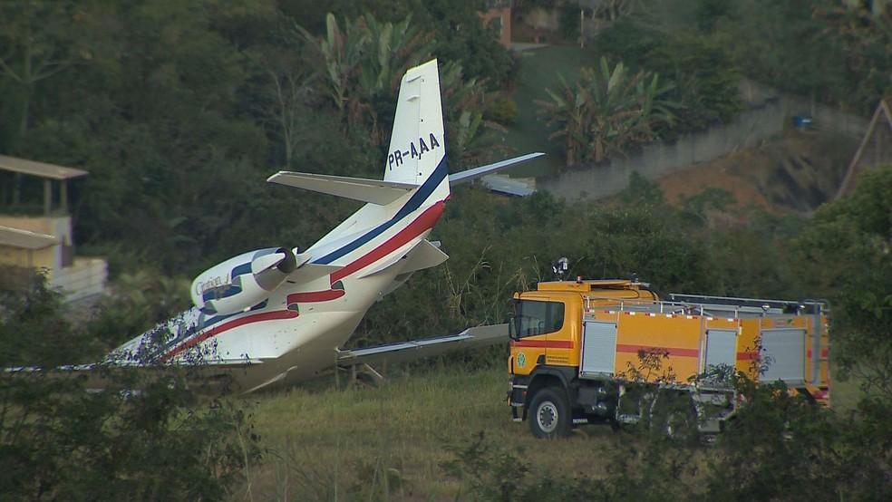 Avião que transportava DJ Alok e equipe saiu da pista neste domingo (20) no Aeroporto da Serrinha em Juiz de Fora; ninguém se feriu (Foto: Reprodução/TV Integração)