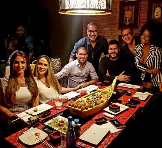 Nicole Bahls e Marcelo Bimbi jantando com seus padrinhos e suas madrinhas (Foto: Reprodução/Instagram)