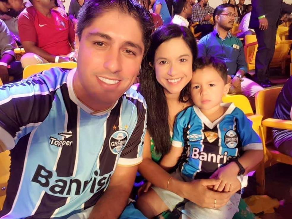 Fabrício Silveira com a esposa colorada e o filho gremista (Foto: Arquivo Pessoal)