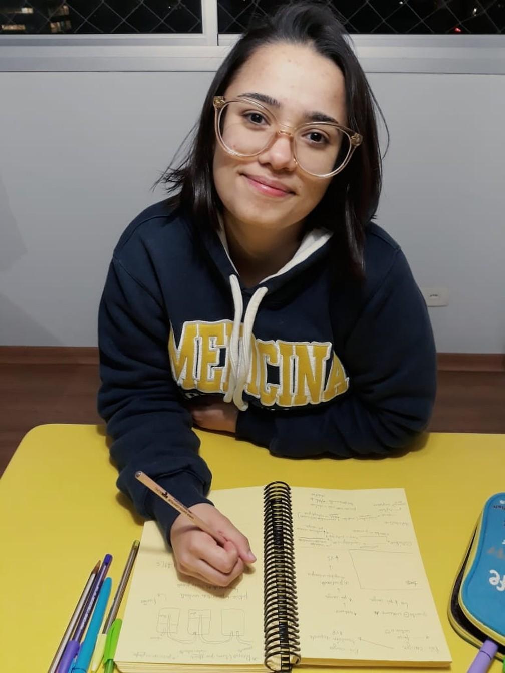 Ana Carolina entrou no Bom Aluno aos 13 anos e conseguiu passar em três faculdades  — Foto: Arquivo pessoal