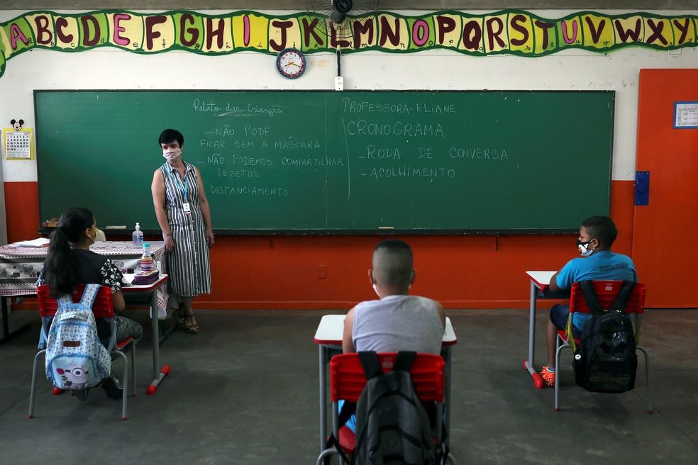 Professora Eliane Conconi conversa com alunos em sala de aula da escola Thomaz Rodrigues Alckmin, no primeiro dia de retorno das escolas do estado de São Paulo para atividades extracurriculares — Foto: Amanda Perobelli/Reuters