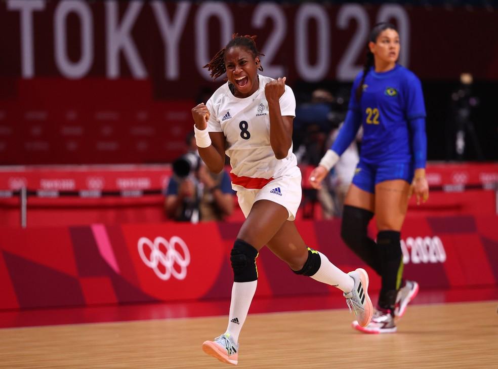 Lassource comemora gol em Brasil x França do handebol feminino nas Olimpíadas de Tóquio 2020 — Foto: REUTERS/Susana Vera