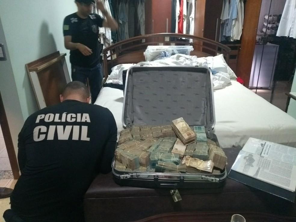 Mala com dinheiro apreendida em endereço ligado ao médium João de Deus — Foto: Polícia Civil/Divulgação