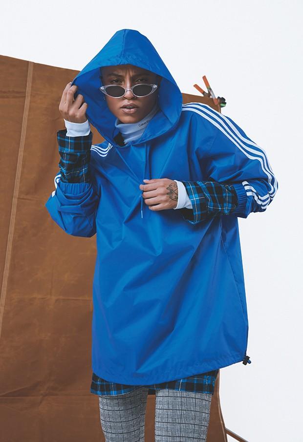 Jaqueta, R$ 250, Adidas Originals; camisa, R$ 280, Amaro; gola alta, R$ 180, Calvin Klein; calça, R$ 80, Riachuelo. Óculos, R$ 99, LBA (Foto: .)