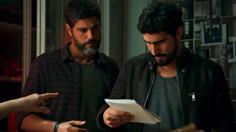 Jamil (Renato Góes) e Hussein (Bruno Cabrerizo) encontram provas que inocentam Almeidinha — Foto: Globo