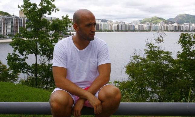 Paulo Gustavo com a Praia de Icaraí, em Niterói, ao fundo, em 2009