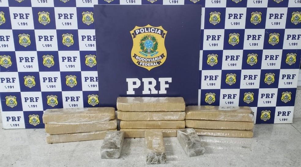 Após perseguição policial e acidente, agentes da PRF apreendem 10 kg de maconha em carro no sudoeste da Bahia — Foto: Divulgação/PRF