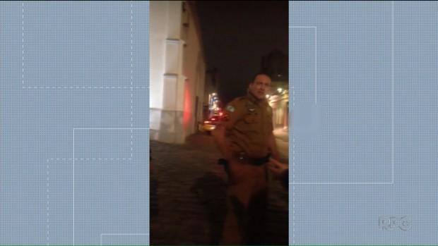 Abordagem de policiais militares termina em confusão no Largo da Ordem, em Curitiba - Notícias - Plantão Diário