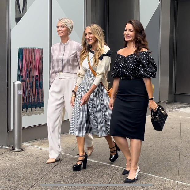"""NEW YORK, NY - JULY 09:  Cynthia Nixon, Sarah Jessica Parker and Kristin Davis are seen on the set of """"And Just Like that"""" on July 09, 2021 in New York City.  (Photo by Jose Perez/Bauer-Griffin/GC Images) (Foto: GC Images)"""