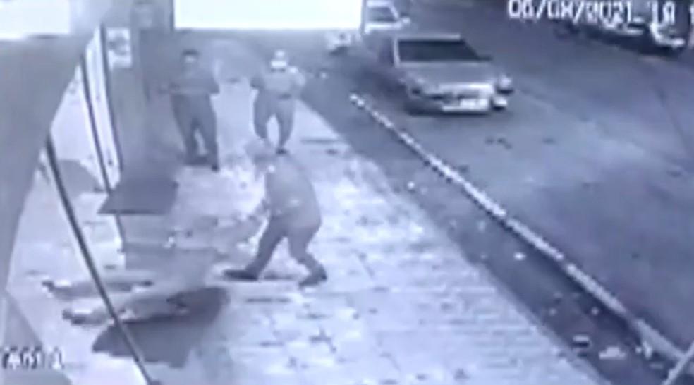 Idoso de 65 anos é agredido com tapas e socos por atendente de farmácia no sul da Bahia — Foto: Reprodução / TV Santa Cruz