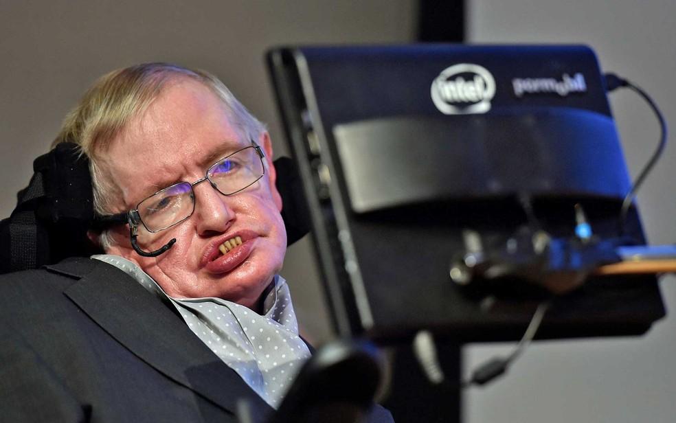 Hawking em evento de premiação para a comunicação científica, cuja medalha recebeu seu nome, em imagem de dezembro de 2015 (Foto: Toby Melville / Arquivo / Reuters)