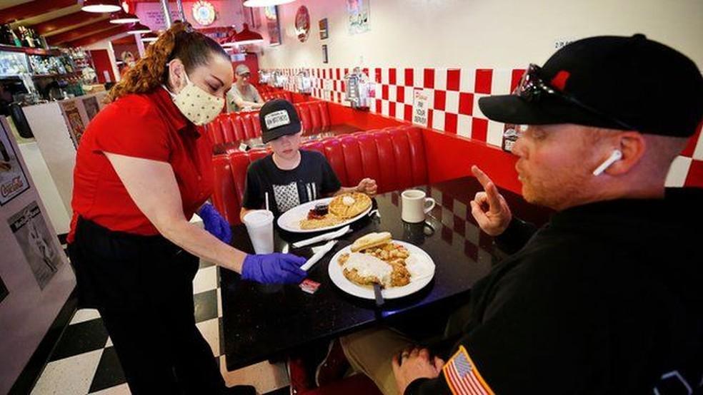 Restaurantes estão tendo problemas para encontrar funcionários — Foto: GETTY IMAGES via BBC