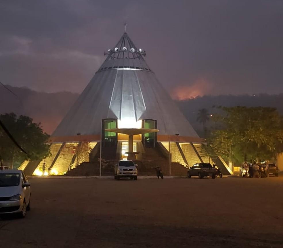 Fogo está a cerca de 60 metros do santuário de Patu — Foto: Bruno Campelo