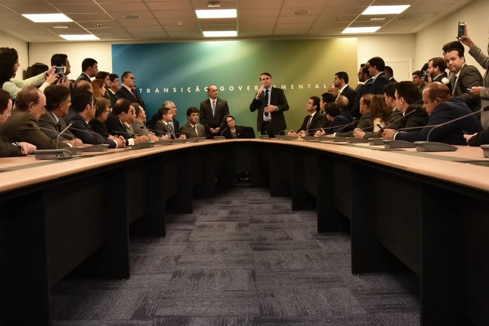 Bolsonaro discursa integrantes do DEM ao lado dos futuros ministros da Casa Civil, Onyx Lorenzoni (DEM-RS), da Agricultura, Tereza Cristina (DEM-MS) e da Saúde, Luiz Henrique Mandetta (DEM-MS)  — Foto: Rafael Carvalho/governo de transição