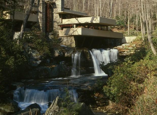 A Casa da Cascata foi projetada por Frank Lloyd Wright e está localizada na Pensilvânia, nos Estados Unidos (Foto: Wikimedia Commons / Jack Boucher, HABS )