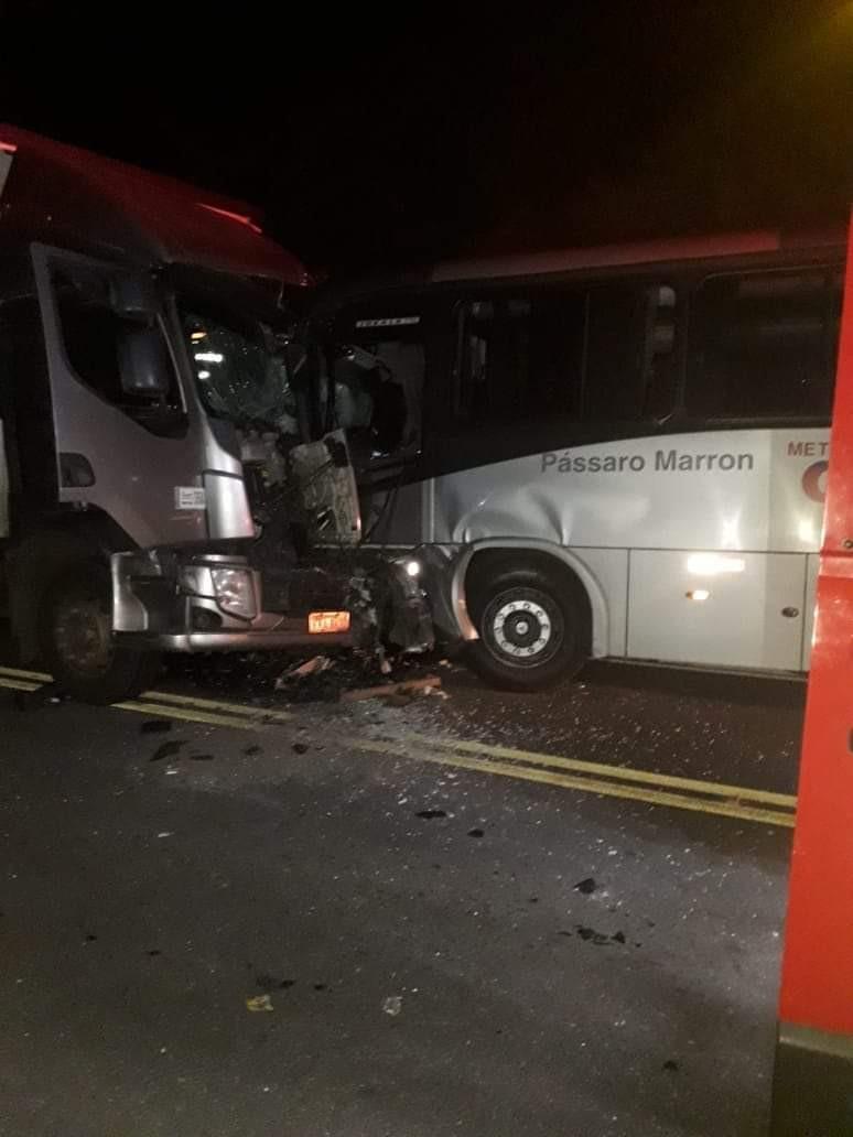 Ônibus e caminhão batem e acidente deixa feridos na BR-459 em Lorena, SP - Notícias - Plantão Diário