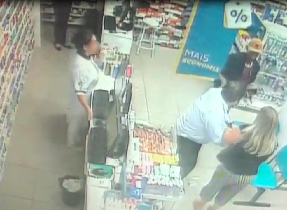Casal foi assaltado dentro de uma farmácia na noite de sexta-feira (7) em Bauru (SP) — Foto: Circuito de segurança/Reprodução
