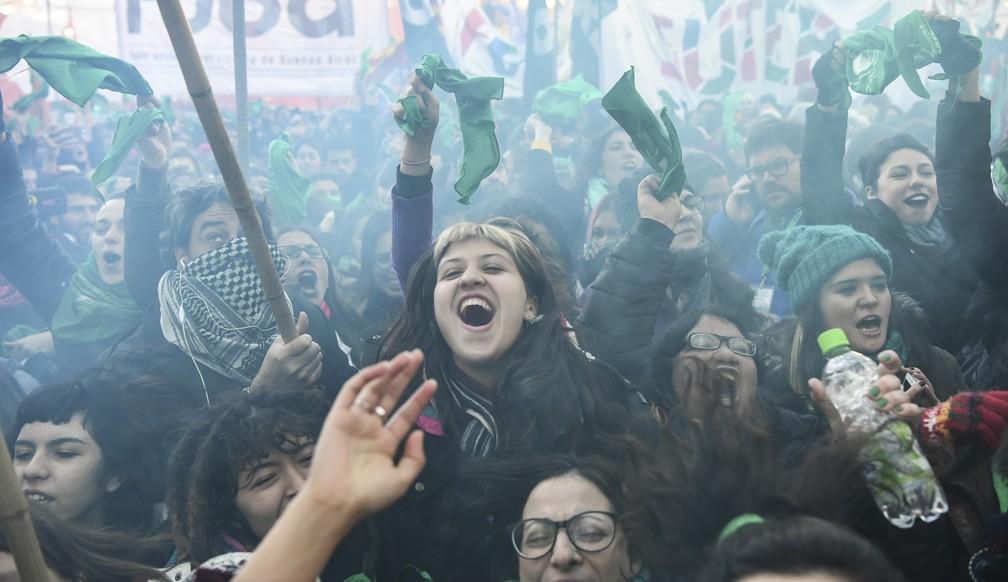 Mulheres comemoram aprovação de projeto de lei que legaliza o aborto no Congresso da Argentina nesta quinta-feira (14) (Foto: Eitan Abramovich/AFP)