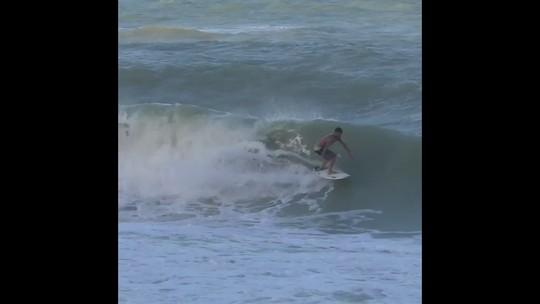 À vontade em Baía Formosa, Ítalo Ferreira aplica backflip impressionante