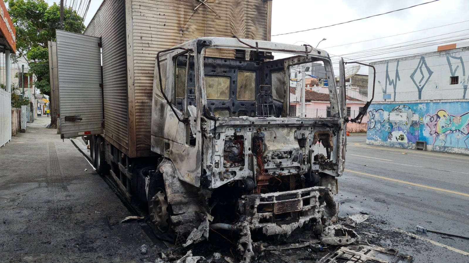 Caminhão pega fogo na Avenida Caminho de Areia, em Salvador; motorista não teve ferimentos