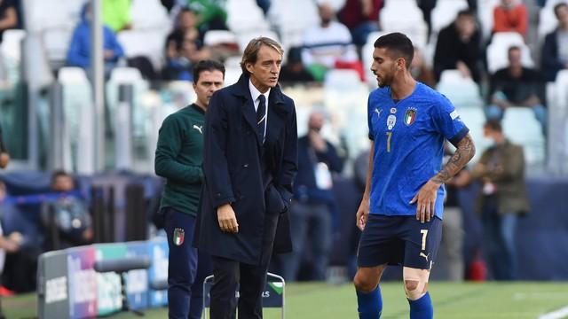 Mancini passa instruções para Pellegrini durante Itália x Bélgica