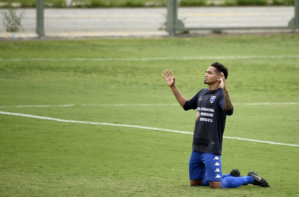 Jogador do Atlético Mogi antes da partida contra o Manthiqueira — Foto: Marcos Ribolli