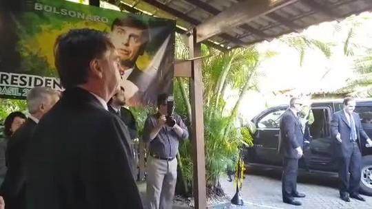Bolsonaro presta continência a civis; entenda o que gesto significa