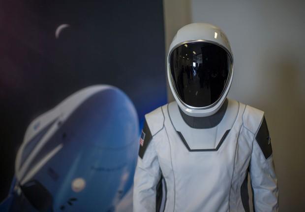 Traje espacial que será utilizado pelos astronautas em voo da SpaceX (Foto: Getty Images)