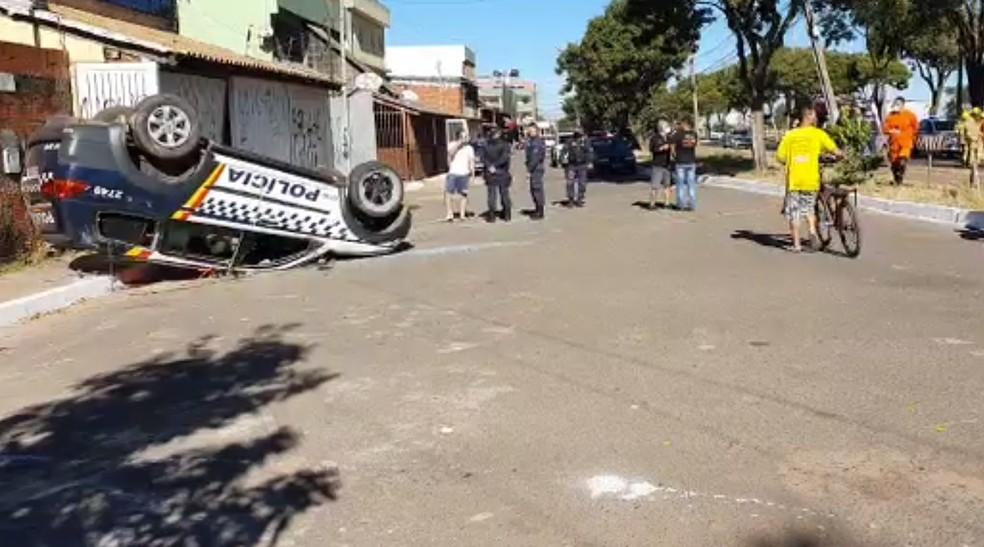 Carro da PM capotou em Santa Maria, nesta sexta-feira (10) — Foto: Arquivo pessoal
