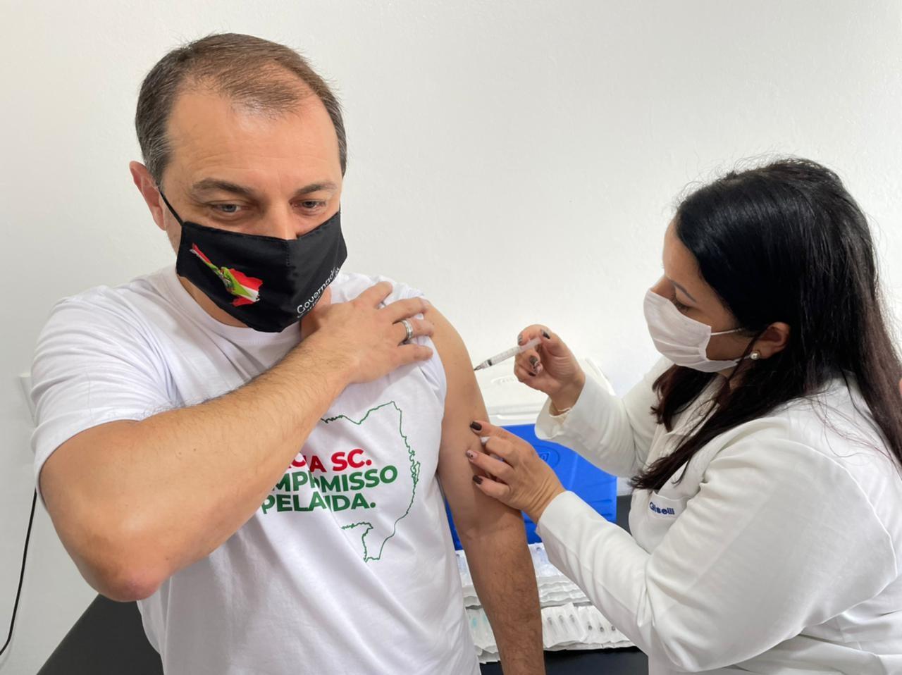 Governador de Santa Catarina é vacinado contra a Covid-19 em Laguna
