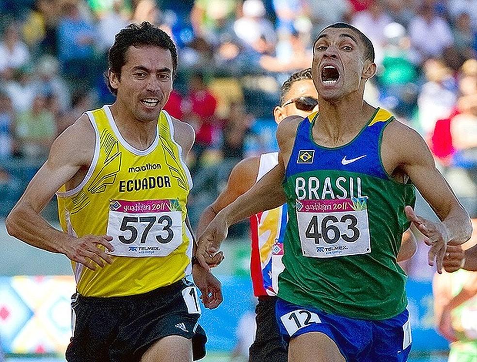 Leandro Prates (à direita) e Byron Piedra na chegada dos 1500m no Pan-Americano de Guadalajara — Foto: AFP