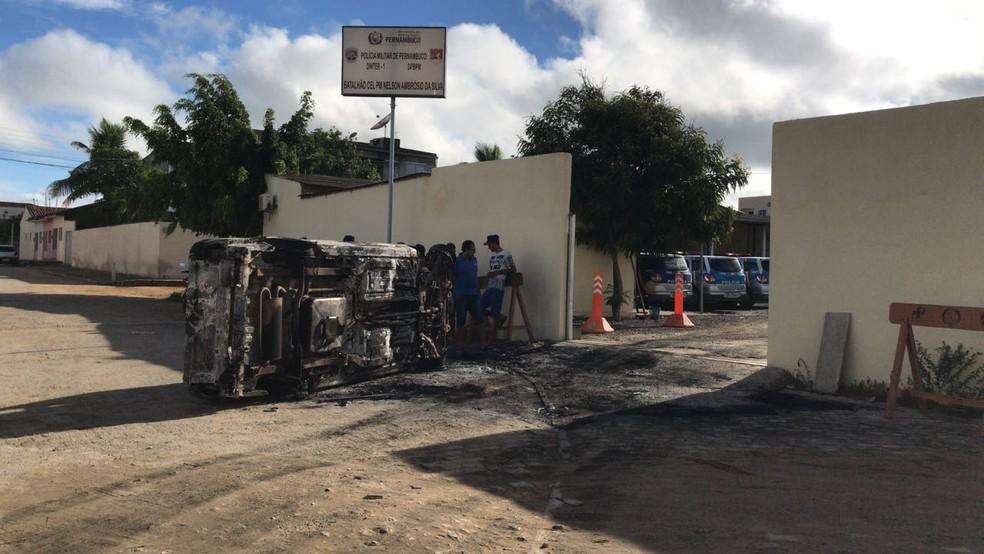 Bandidos atearam fogo em um carro na frente do batalhão (Foto: Anderson Melo/TV Asa Branca)